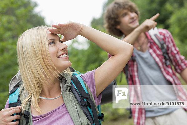 zeigen  Mann  sehen  Wald  Rucksackurlaub  wegsehen  Reise