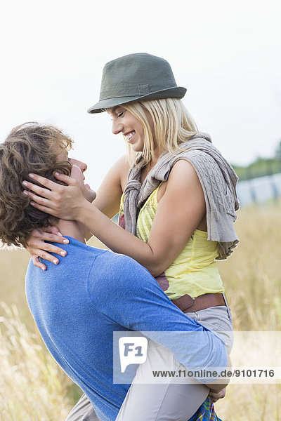Frau  Mann  tragen  Feld  Romantik