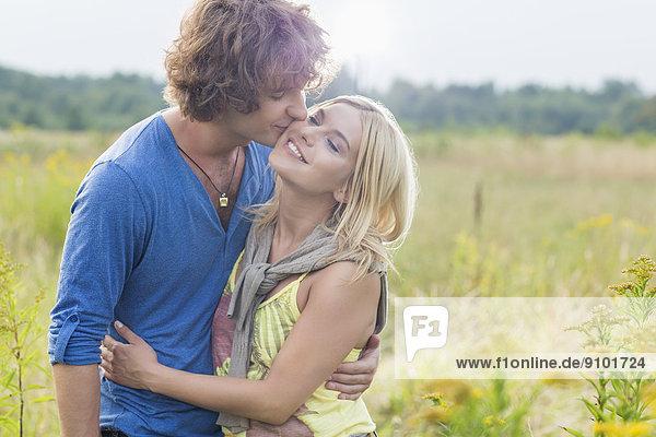 Frau  Mann  küssen  Feld  jung  Romantik