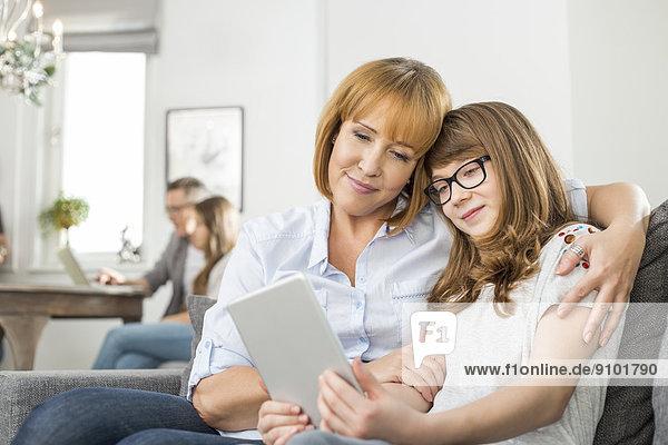 sitzend  Interior  zu Hause  benutzen  Zuneigung  Hintergrund  Tablet PC  Tochter  Mutter - Mensch