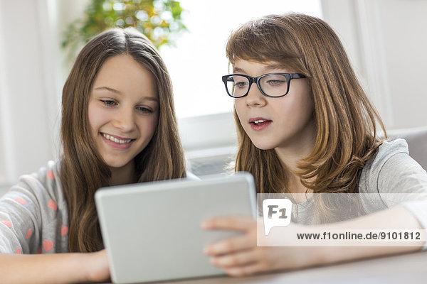 benutzen Schwester Tablet PC Tisch Interior zu Hause zu Hause