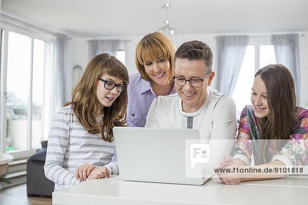 Zusammenhalt benutzen 4 Notebook Tisch zu Hause