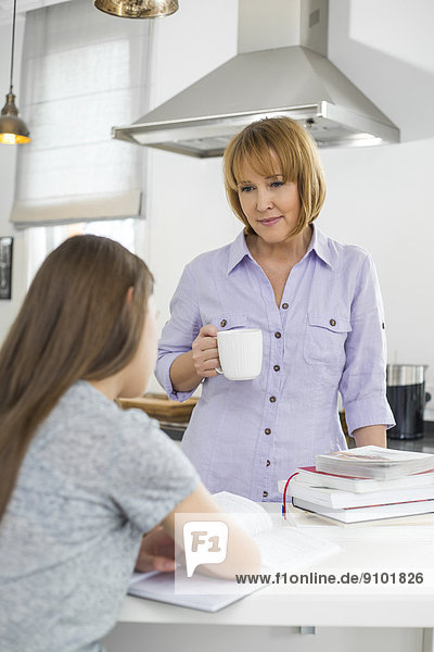 sehen Tasse Küche halten lernen Kaffee Mädchen Mutter - Mensch