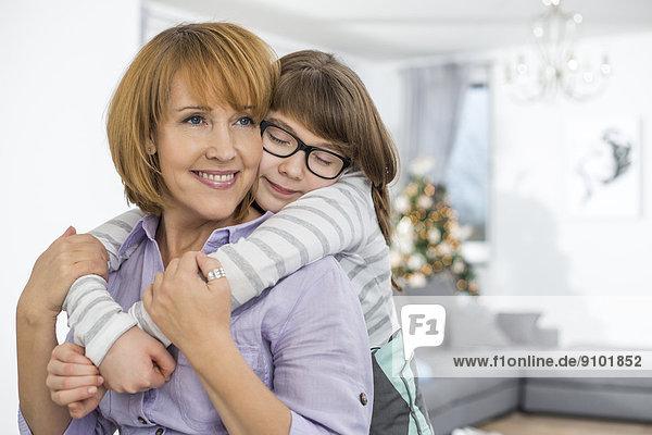 Interior  zu Hause  Liebe  umarmen  Tochter  Mutter - Mensch