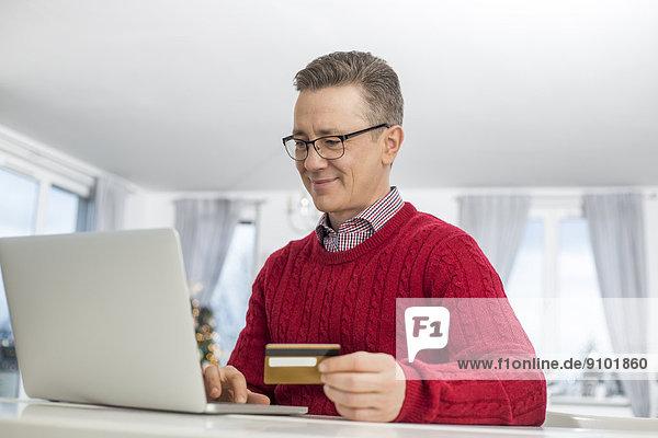 benutzen Mann Internet Notebook Weihnachten Kredit reifer Erwachsene reife Erwachsene Laden Kreditkarte Karte