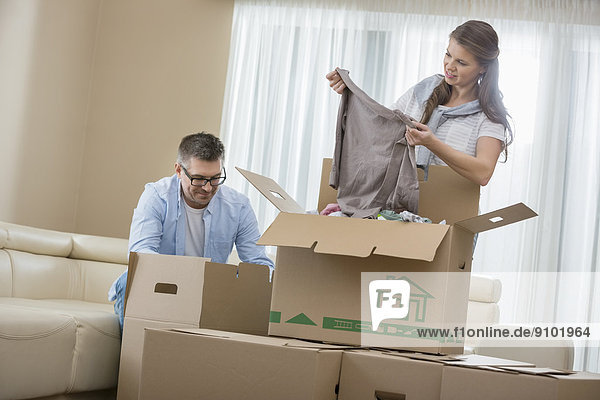 verpacken Erwachsener Mittleren Alters Erwachsene Mittleren Alters Eigentumswohnung Pappschachtel Pappkarton Pappe neues Zuhause