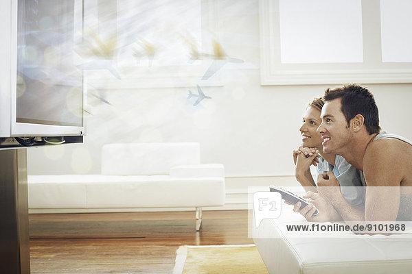 Interior  zu Hause  Fröhlichkeit  sehen  Fernsehen  jung