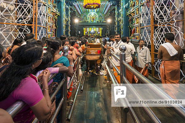 Pilger stehen Schlange für die Puja während des Pongala Festivals  Attukal Devi-Tempel  Thiruvananthapuram  Kerala  Indien