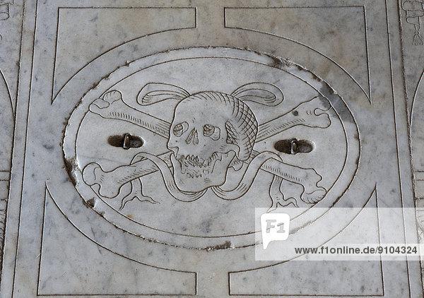Marmorplatte mit Totenkopf-Relief  Kirche Chiesa di Sant'Agostino  San Gimignano  Toskana  Italien