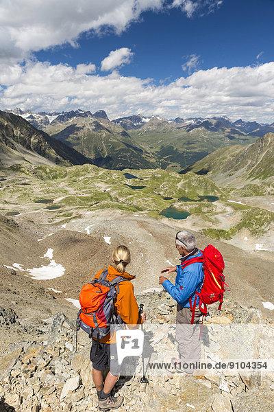 Wanderer auf dem Pass Fuorcla da Barcli  unten die Macun-Seen  Schweizerischer Nationalpark  Graubünden  Schweiz
