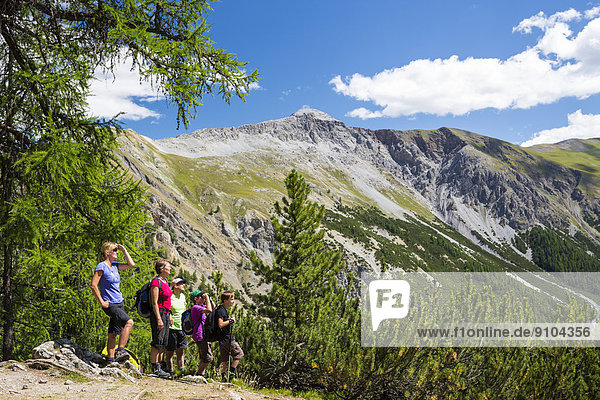 Wanderer im Tal Val Cluozza  Schweizer Nationalpark  Graubünden  Schweiz