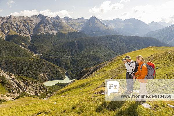Wanderer beim Abstieg vom Berg Murter ins Tal Val dal Spöl  Schweizerischer Nationalpark  Graubünden  Schweiz