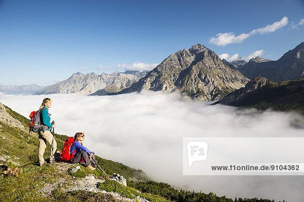 Zwei Frauen beim Wandern  tiefhängende Wolken am Ofenpass  Schweizerischer Nationalpark  Graubünden  Schweiz