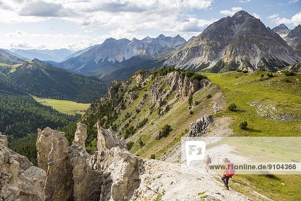 Wanderer am Il Jalet  Aussichtspunkt über dem Ofenpass  Schweizerischer Nationalpark  Graubünden  Schweiz Wanderer am Il Jalet, Aussichtspunkt über dem Ofenpass, Schweizerischer Nationalpark, Graubünden, Schweiz