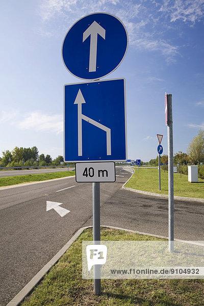 Verkehrsschilder und Fahrbahnen an einer Raststätte  Ungarn
