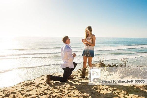 Junger Mann schlägt Freundin am Strand vor  Torrey Pines  San Diego  Kalifornien  USA