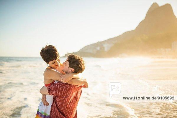 Junges Paar beim Sonnenuntergang  Ipanema Beach  Rio  Brasilien