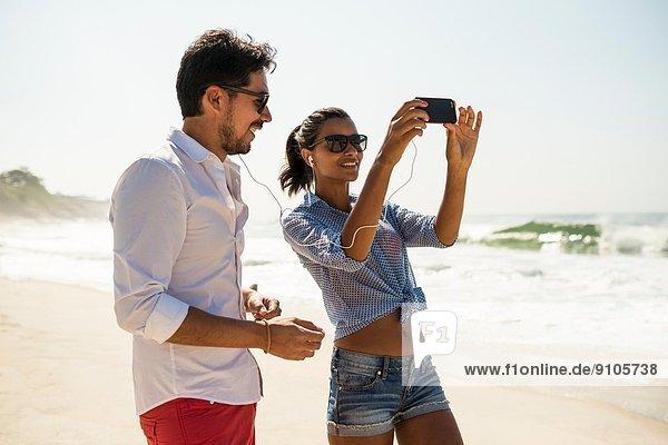 Musik vom Smartphone  Strand von Arpoador  Rio De Janeiro  Brasilien