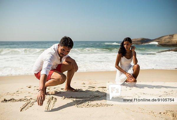 Paarschrift in Sand am Strand von Arpoador  Rio De Janeiro  Brasilien