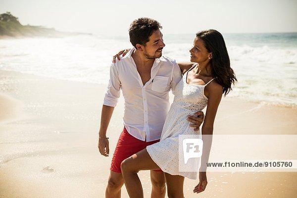 Romantisches Paar  Strand von Arpoador  Rio De Janeiro  Brasilien