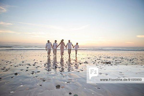 Familie hält Hände am Strand  Kapstadt  Südafrika
