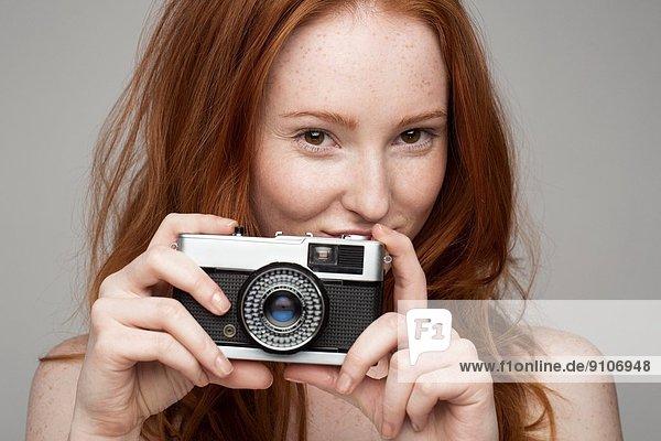 Porträt einer jungen Frau  fotografierend