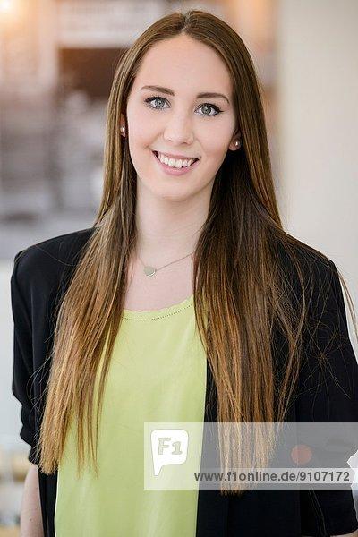 Porträt einer jungen Geschäftsfrau im Café