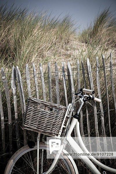 Nahaufnahme des Fahrrads am Sanddünenzaun  Vollendam  Niederlande