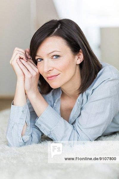 Mittlere erwachsene Frau mit blauem Hemd