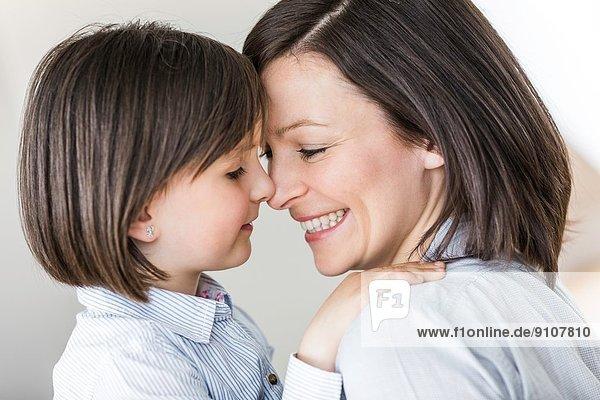 Portrait von Mutter und Tochter von Angesicht zu Angesicht
