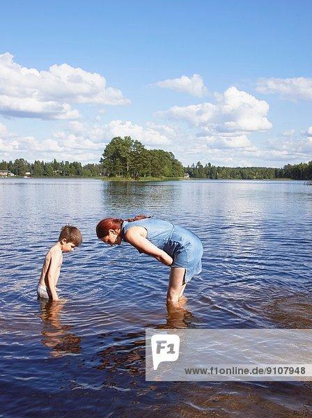 Mutter und Sohn bei der Suche im See  Gavle  Schweden