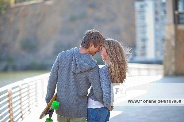 Romantisches junges Paar am Wasser