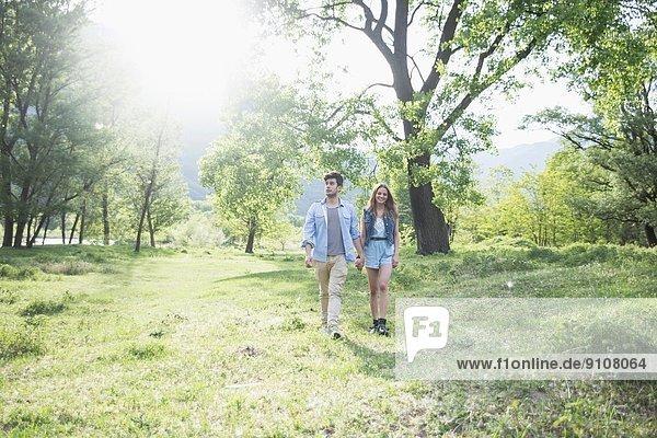 Junges Paar beim Spaziergang im Sonnenlicht  Piemont  Italien