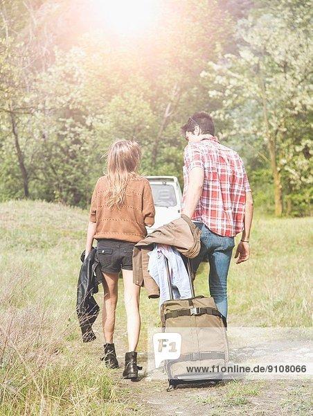 Junges Paar mit Radkoffer auf dem Weg zum Pick-up  Piemonte  Italien