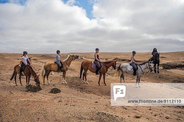 Mensch  Menschen  Menschengruppe  Menschengruppen  Gruppe  Gruppen  folgen  fahren  reiten - Pferd  Namibia  Swakopmund