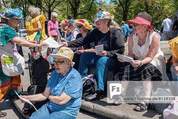 Tag  Versprechen  Ruhe  Sicherheit  Erde  Produktion  Enkelkind  Gesang  Kreis  Krieg  spazierengehen  spazieren gehen  Großmutter  Mitglied  Mutter - Mensch  Columbus  neu  Platz  ungefährlich  Kriegsspielzeug