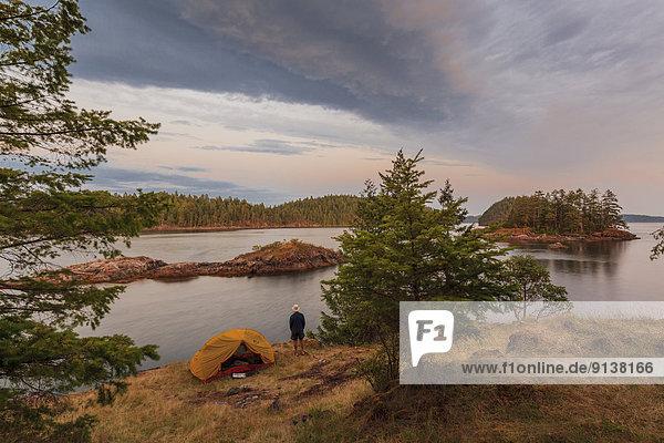 zwischen  inmitten  mitten  Fröhlichkeit  Sonnenuntergang  Modell  Insel  camping  britisch  Kanada  lesen