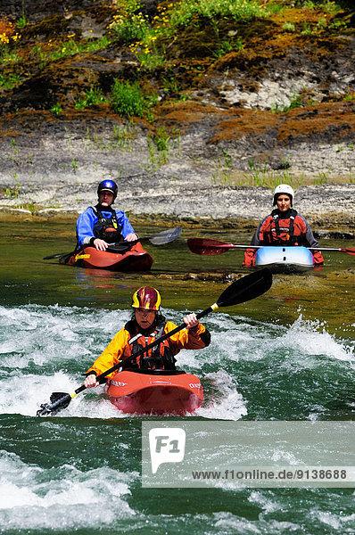 nahe  Biegung  Biegungen  Kurve  Kurven  gewölbt  Bogen  gebogen  See  Fluss  Kajakfahrer  Hufeisen