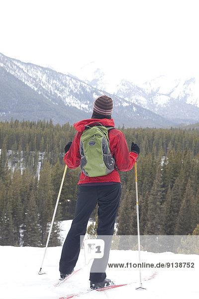 überqueren  Frau  Skisport  jung  Ländliches Motiv  ländliche Motive  Kananaskis Country  Kreuz