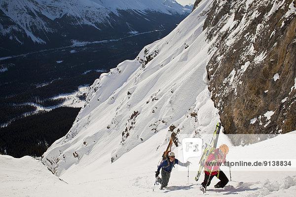 hoch  oben  unbewohnte  entlegene Gegend  2  Freisteller  Ski  Banff  steil