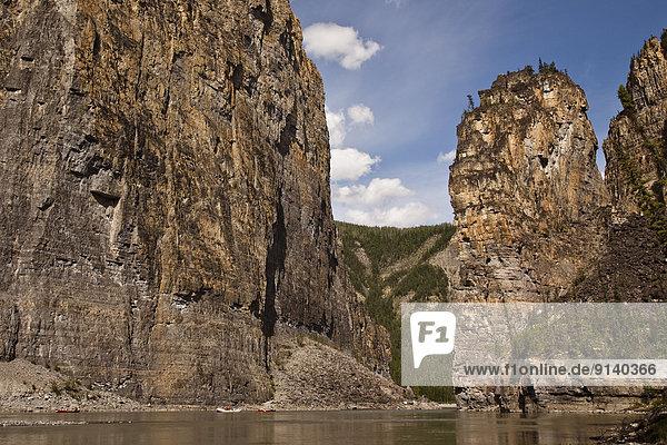 Felsbrocken  Anordnung  Fluss  Kanu  Northwest Territories  Kanada  Kanzel  Floß