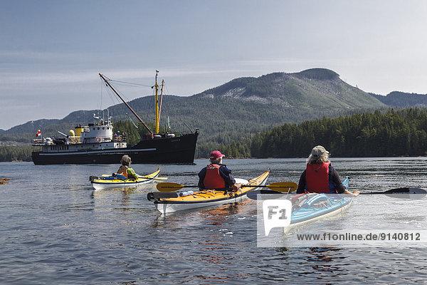 Schiff Kajakfahrer 3 Kleinlastwagen Gewölbe Angebot warten British Columbia Kanada