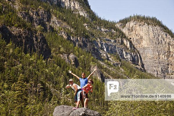 hoch  oben  Fluss  wandern  Bach  3  Mädchen  Northwest Territories  Kanada  Pose