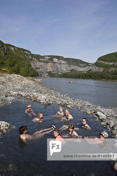 Fröhlichkeit  Mensch  Menschen  Menschengruppe  Menschengruppen  Gruppe  Gruppen  Wärme  Fluss  Northwest Territories  Kanada