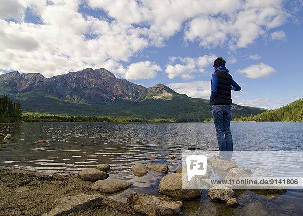 pyramidenförmig  Pyramide  Pyramiden  entfernt  Wasserrand  Tourist  See  Turm  Berg  Jasper Nationalpark  Alberta  Kanada  Pyramide