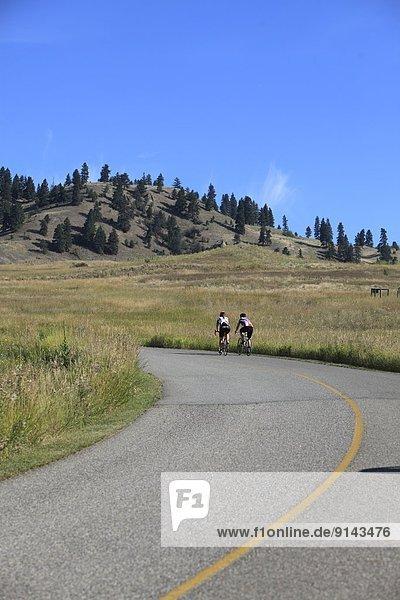 nahe  Jugendlicher  Fahrradfahrer  Fernverkehrsstraße  British Columbia  Kanada  Vernon