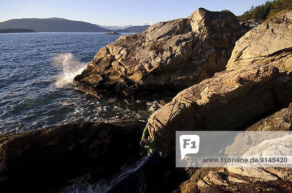 Felsbrocken  über  Ozean  Leuchtturm  British Columbia  Kanada  klettern