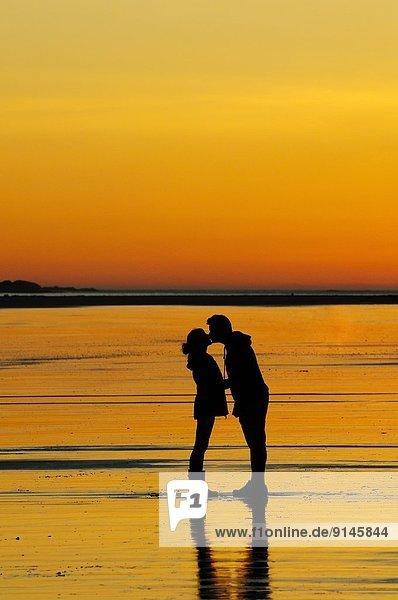 nahe  Strand  Sonnenuntergang  küssen  jung  Tofino  British Columbia