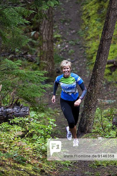 hoch  oben  Frau  folgen  Hügel  rennen  Sumpf  Comox Valley  British Columbia  Kanada  Vancouver Island
