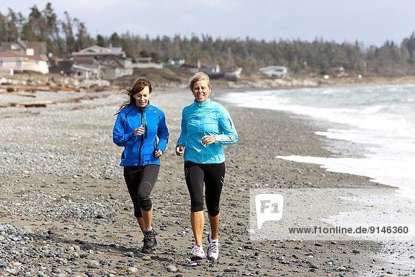 nahe  Freundschaft  Strand  rennen  Tal  2  vorwärts  Comox Valley  British Columbia  Kanada  Vancouver Island